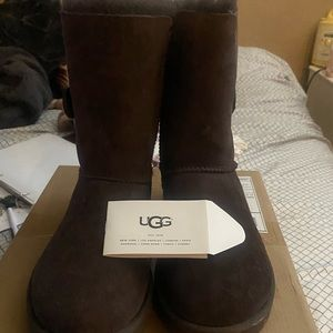 Uggs Bailey button II brown size 8